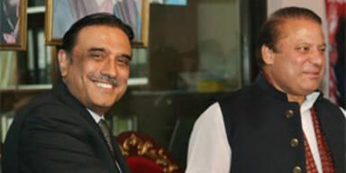 Benazir Bhuttos Witwer Asif Ali Zardari (l) und Ex-Premier Nawaz Sharif