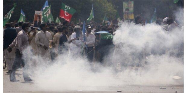 Heftige Straßenschlachten in Pakistan