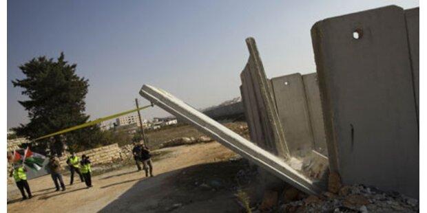 Palästinenser rissen Teil der Mauer um