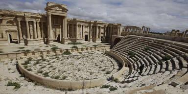 IS erschießt Gegner in antikem Theater