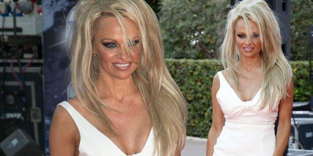 Pamela, hattest du keine bessere Perücke?