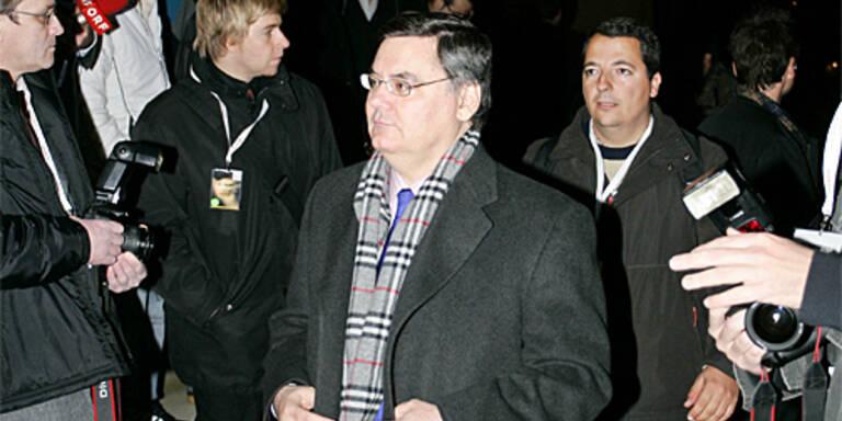 Italiens Fußballpräsident Pancalli (m.) will die Gewalt in Italiens Stadien eindämmen. (c) GEPA