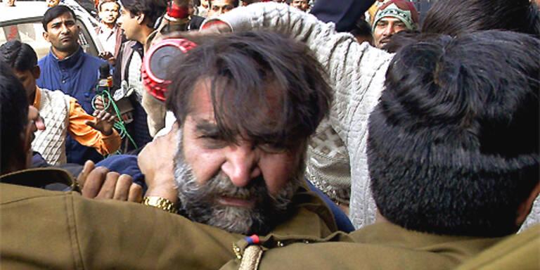 Geschäftsmann und Kindermörder Moninder Singh Pandher bekam den Volkszorn zu spüren. (c)AP