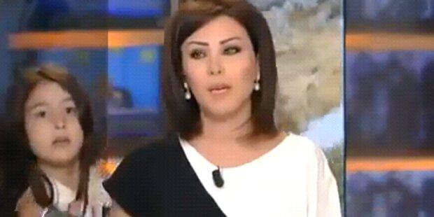 Tochter stört Mama bei Live-Sendung