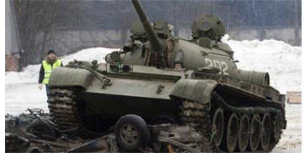 Betrunkener Panzerfahrer rammt Haus in Russland