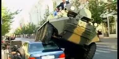 Falschparker mit Panzer plattgewalzt