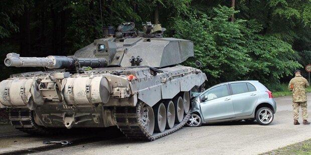 Frau übersieht Panzer - Auto zerquetscht