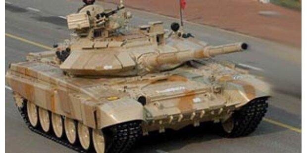 Brite lässt Radarfallen mit Panzer niederwalzen