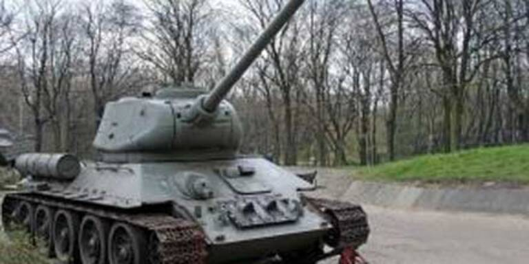 General macht Spazierfahrt im Panzer