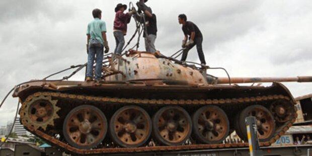 Thailand kippt Panzer als Riff ins Meer