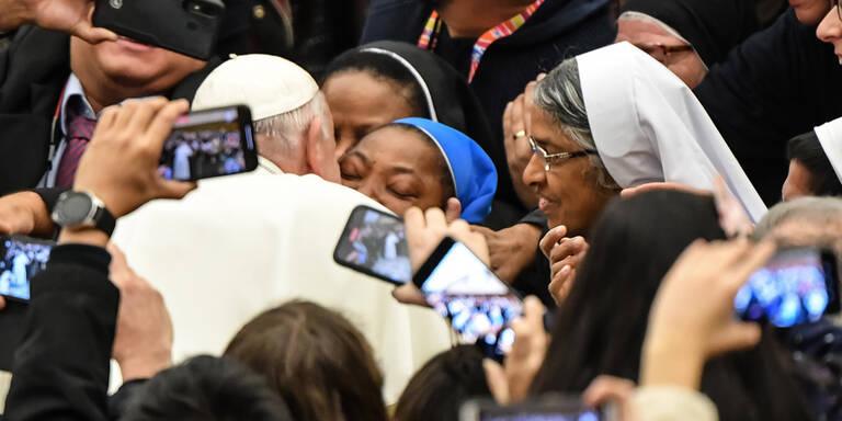 Papst warnt Nonne: 'Nicht beißen'