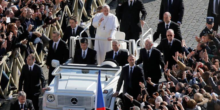 Papst kam im weißen Cabrio