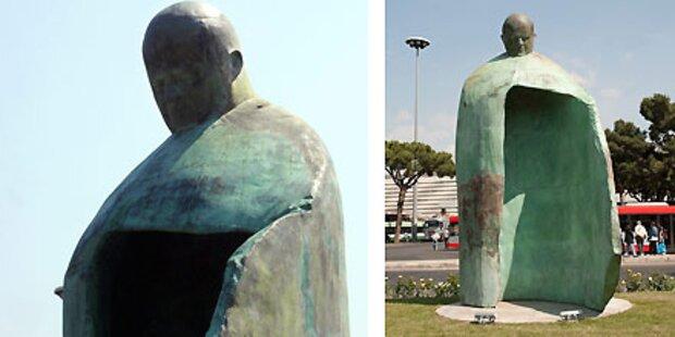 Umstrittene Papst-Statue soll zur Biennale