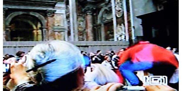 Frau wollte sich auf Papst stürzen
