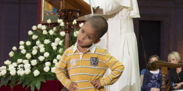 Kleiner Junge stiehlt Papst die Show