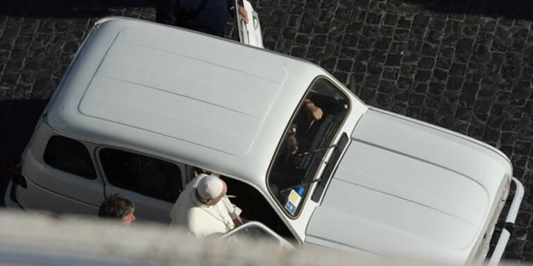 Papst Franziskus mit Oldtimer auf Spritztour