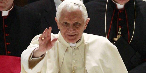 Papst gibt Adolf Hitler die Kommunion