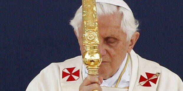 Papst entschuldigt sich bei Opfern