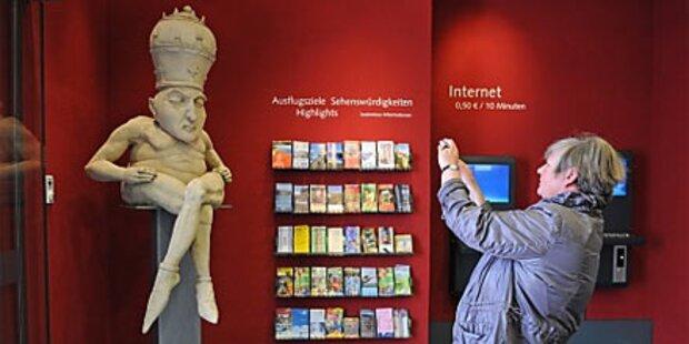 Nackte Papst-Figur sorgt für Aufregung