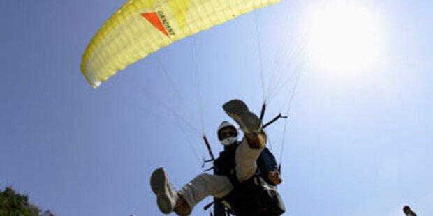Bei Landung: Paraglider legt Fussballer flach