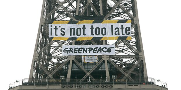 Aktivisten besetzten Eiffelturm