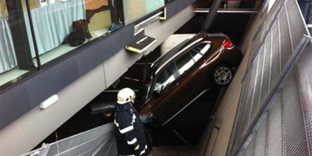 Auto krachte über Stiege ins Parkdeck