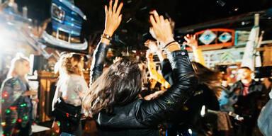 Menschen tanzen bei einer party