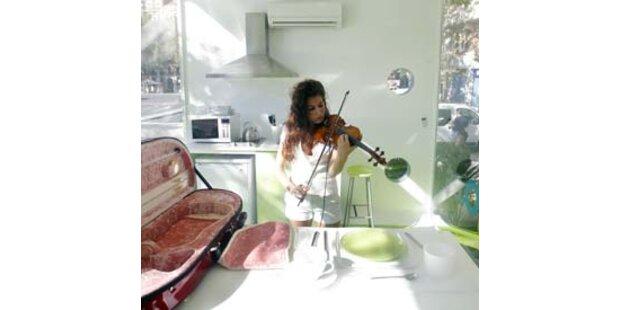 Violinistin komponiert in einem Glaswürfel