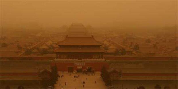 Sandsturm färbt Himmel über Peking orange