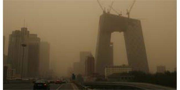 Sandsturm hüllt Peking in gelbe Wolke