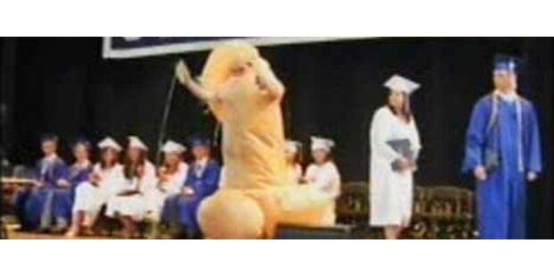 Schüler stürmt in Peniskostüm auf die Bühne