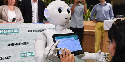 """Roboter """"Pepper"""" hilft Merkur-Kunden"""