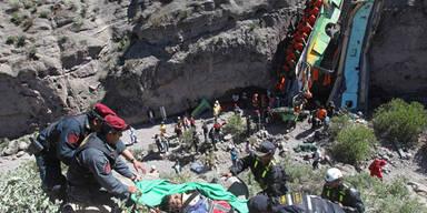 Peru: Bus stürzt in Schlucht