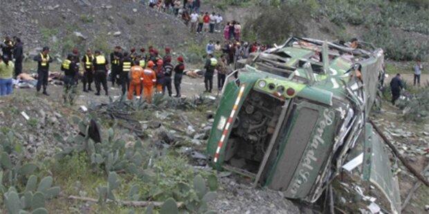Bus stürzt 180 Meter in die Tiefe