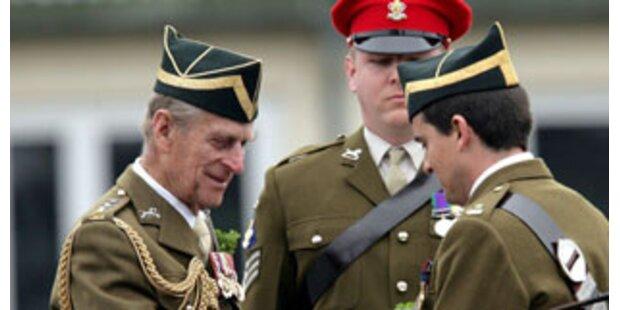 Prinz Philip feiert St. Patrick's Day mit Truppen