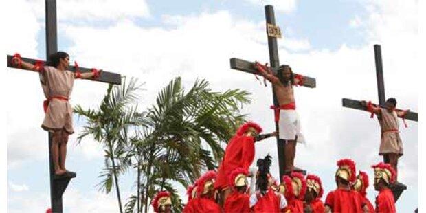 Männer lassen sich ans Kreuz schlagen