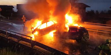 Frontal-Crash: 3 Autos in Flammen