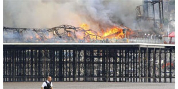 Feuer zerstört historischen Pier in England