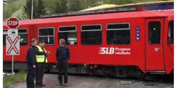 Pkw von Bahn 50 Meter mitgeschleift