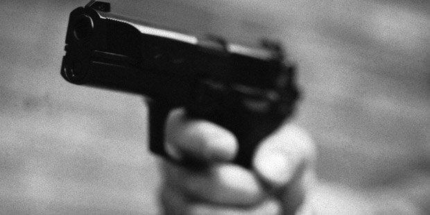 Mann ballerte mit Pistole herum & zielte auf Polizei