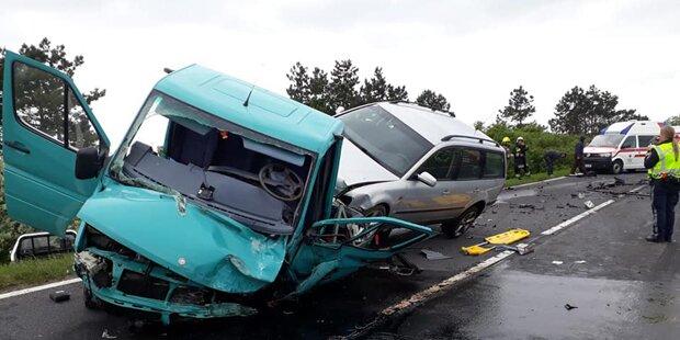 Zwei Pkws crashen frontal – Lenker tot, mehrere Verletzte