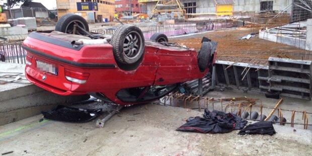Mann stürzt mit Auto 7 Meter in Baugrube