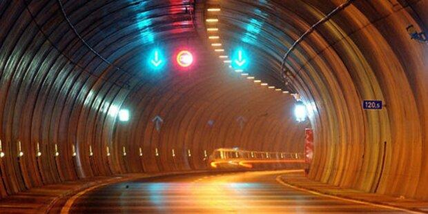 Lkw-Lenker setzt im Tunnel zurück