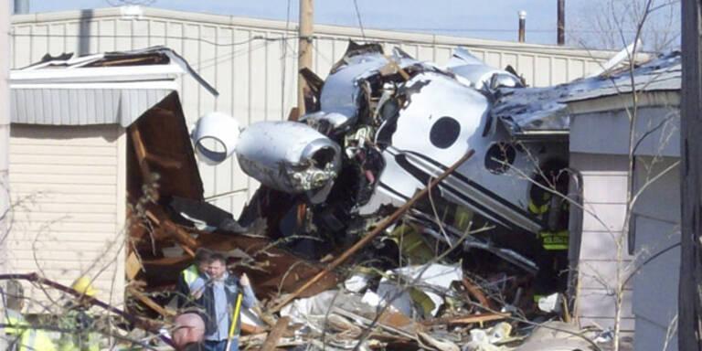 Kleinflugzeug stürzte in Wohnsiedlung