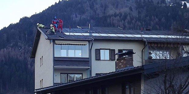 Gleitschirm-Pilot landet auf Hausdach