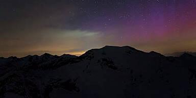 Rötliche Polarlichter zu sehen