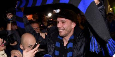 Podolski in Mailand begeistert empfangen