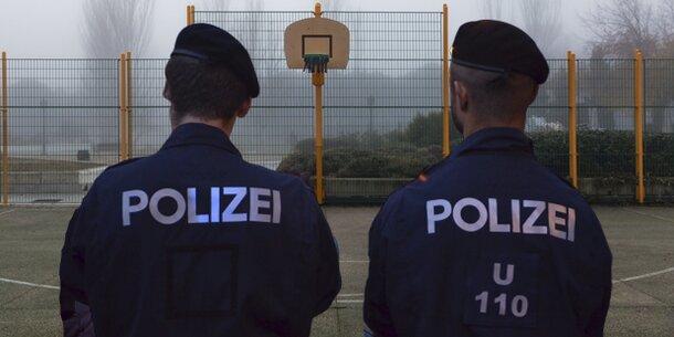 Zwei Wiener Polizisten von Männergruppe eingekesselt