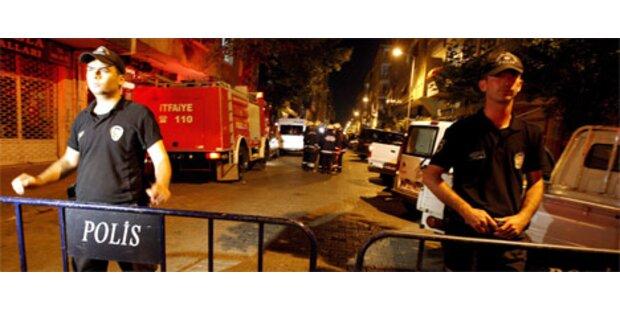 Türkei jagt Mann in schwarzem T-Shirt