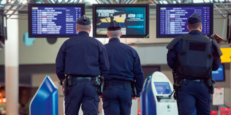 Schüsse auf Pariser Flughafen: Angreifer erschossen